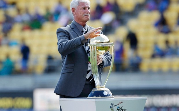 Former+New+Zealand+cricket+all-rounder+Richard+Hadlee+holds+the+Cricket+World+Cup+trophy+on+the+ground+before+Sri+Lanka+take+on (1)